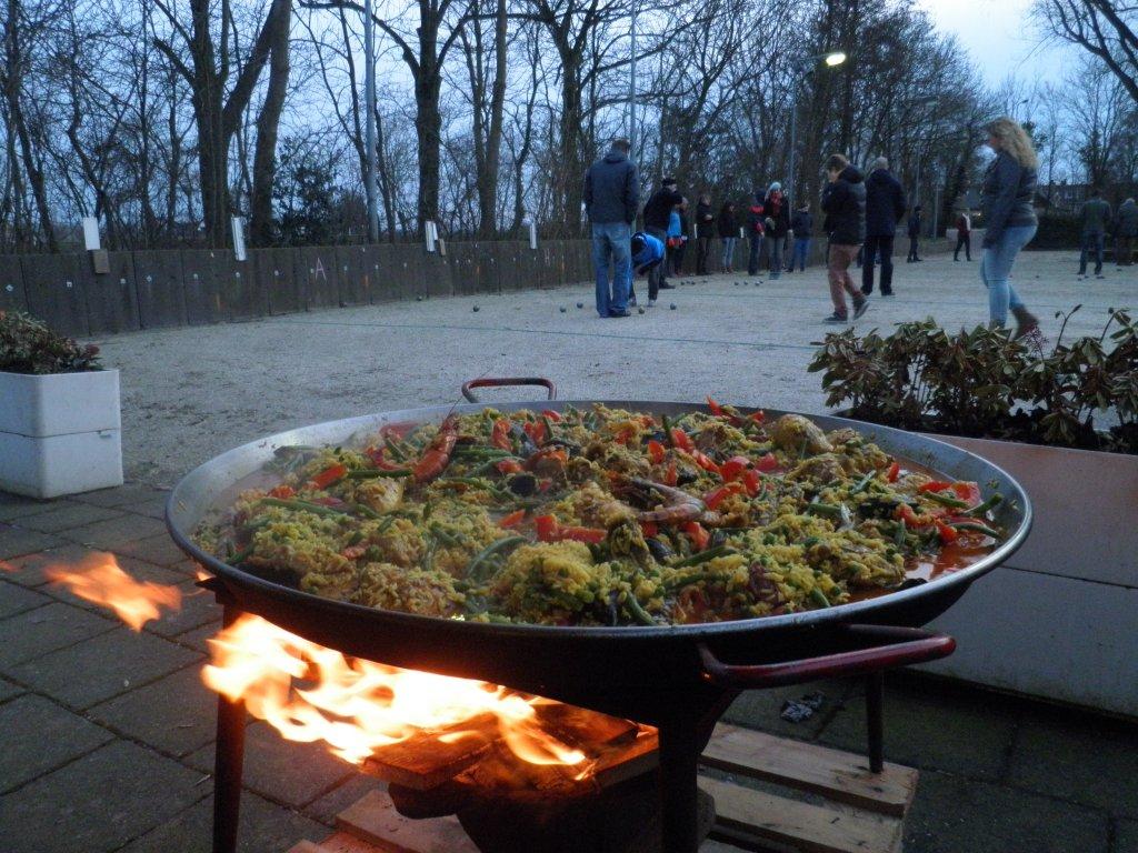 De paella op het vuur