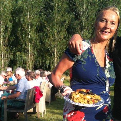 Man en vrouw met bord paella